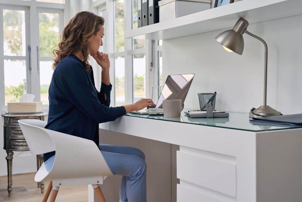 Vrouw werkt thuis achter bureau