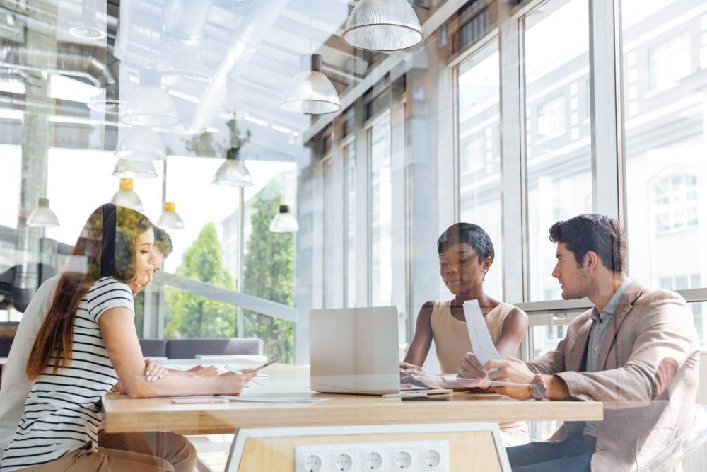 medewerkers hebben overleg in open kantoorruimte