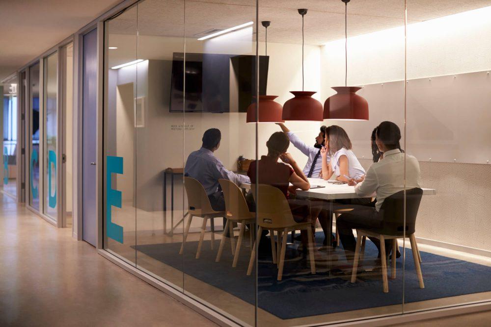 vergadering in kantoorruimte na corona
