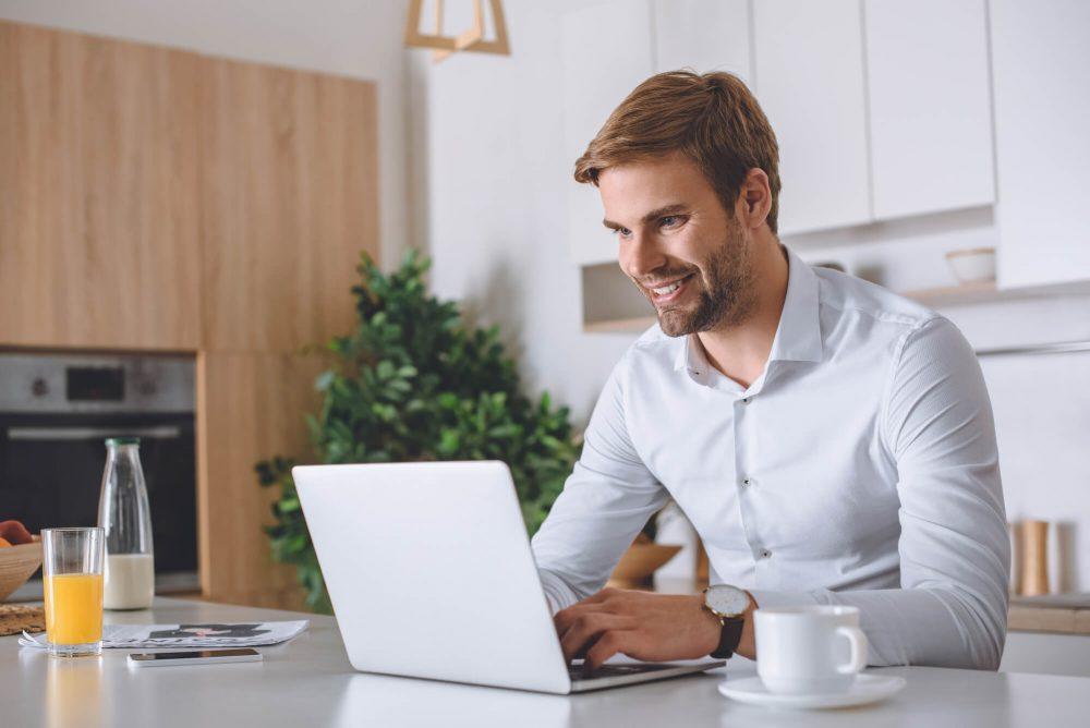 thuiswerken achter laptop